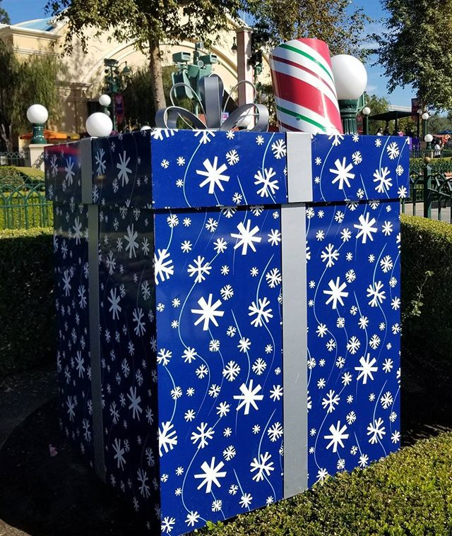 You think 6 asian women would fit in this giant present? That was the 2nd thing I thought when I saw this big presen!! Always a good and relaxing time at the happiest place evaaaa..  @debbiechang201 #Pandasadventures
