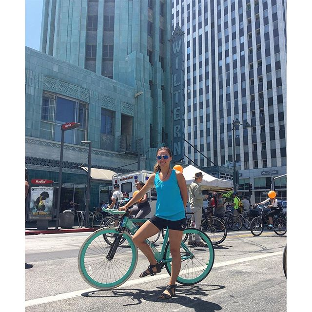 I like to awkwardly place my hand in weird places! I also like to wear sandals when riding #fixedgear #bikes #yolo 🚴🏽🏙 #pandasadventures