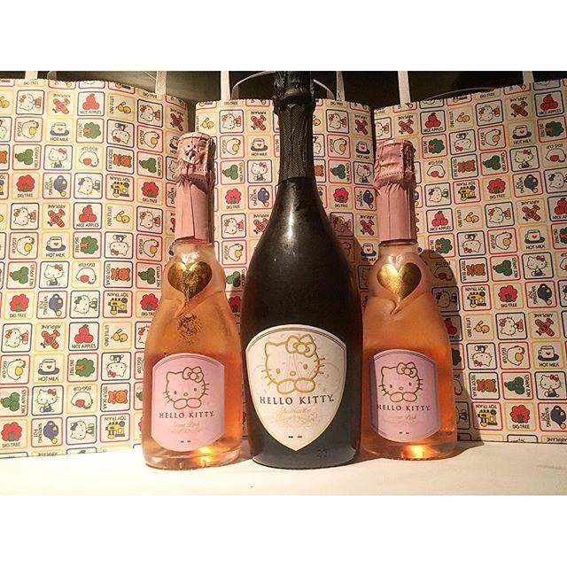 #hellokitty wine for me and the bestie! 🐈 #foodie #pandasadventures @flowerdmr //Thanks babes @swayray// 🏻🏽️