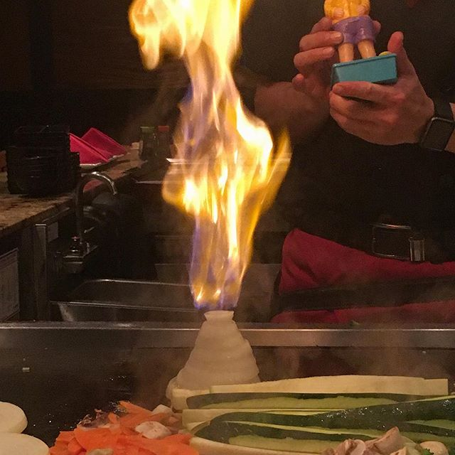 When the chef plays with your dinner! It's an onion volcano! ⛰ #pandasadventures #foodie