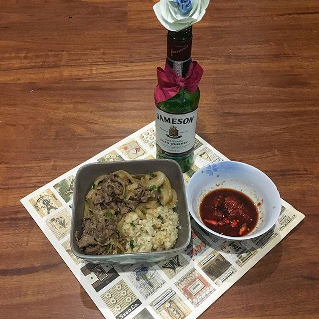A healthy homemade dinner by my personal chef! Yes, that's an empty bottle of Jameson I use as a vase.. So eco friendly! And, yes that's hot sauce //Kobe beef w/onions & quinoa// 🌶 #foodie #pandasadventures