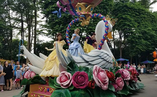 I dont remember the last time i watched a parade. #disneyland #pandasadventures
